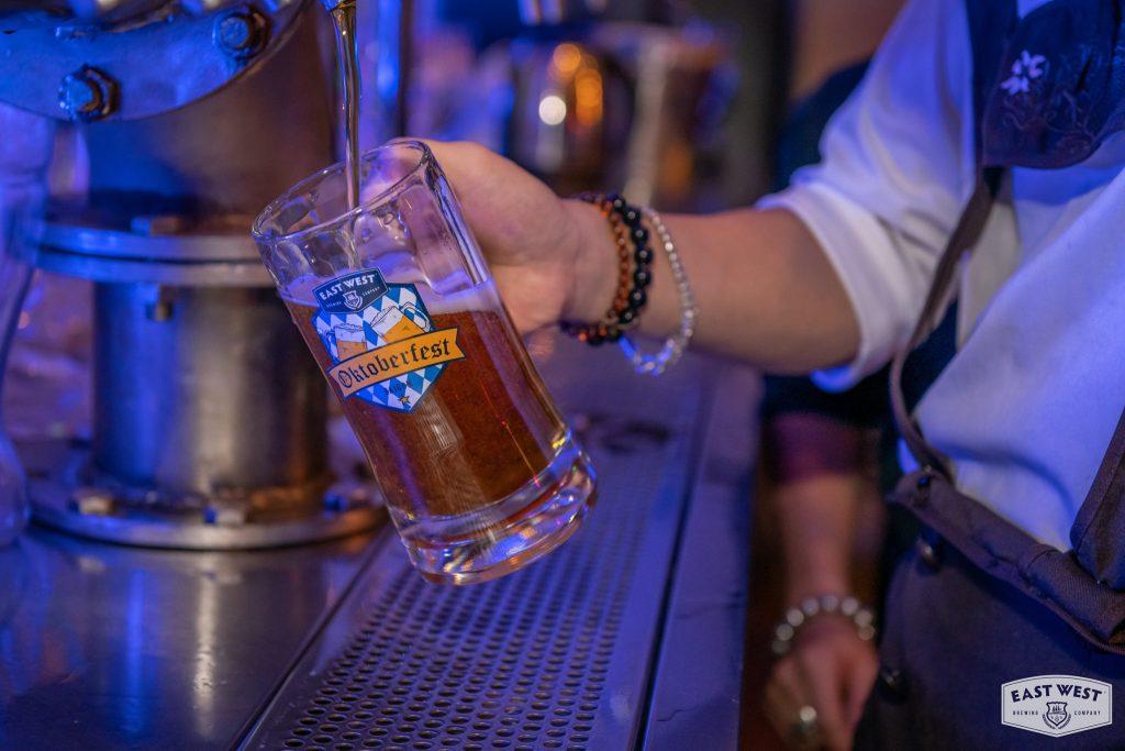 Bia được phục vụ trong ly Mug nhân sự kiện Oktoberfest tại East West Brewing