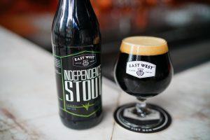 Hương vị mạnh mẽ của bia đen sẽ thử thách và chinh phục vị giác của bạn nhanh chóng