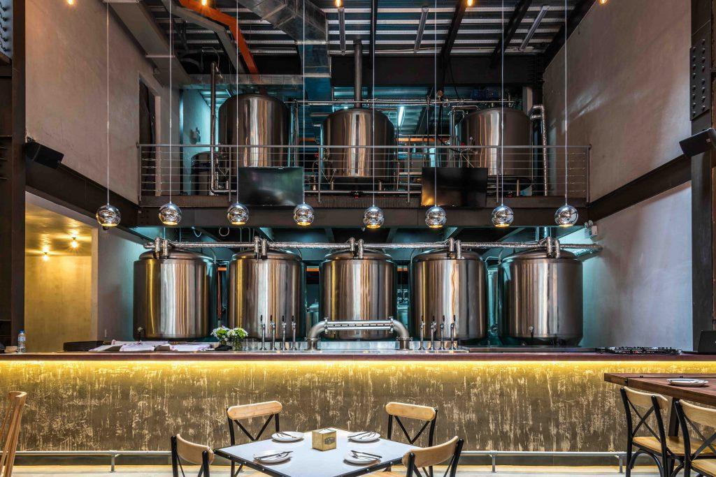 Nhà máy bia của East West nằm ngay phía sau khu vực nhà hàng