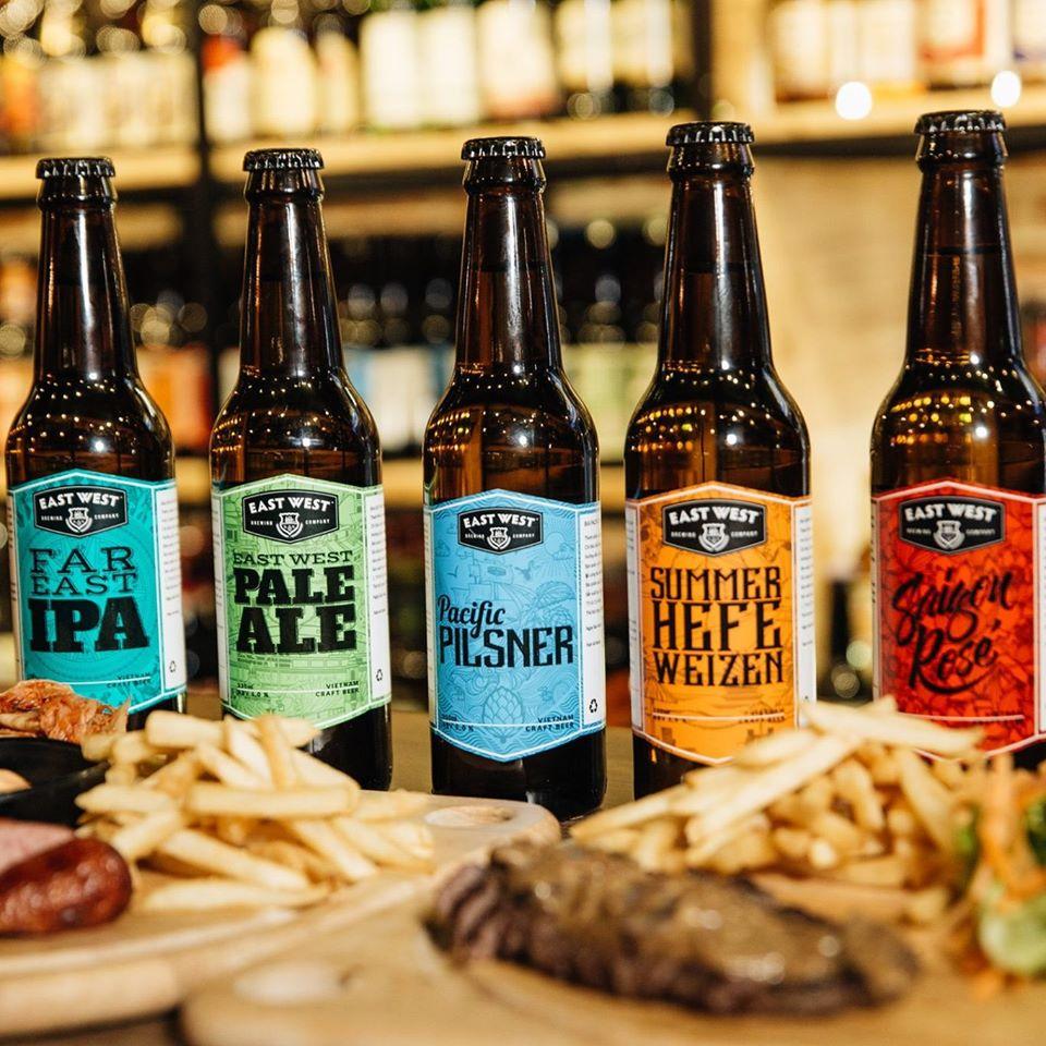 Những chai bia craft đầy màu sắc được phục vụ cùng những món ăn thơm ngon
