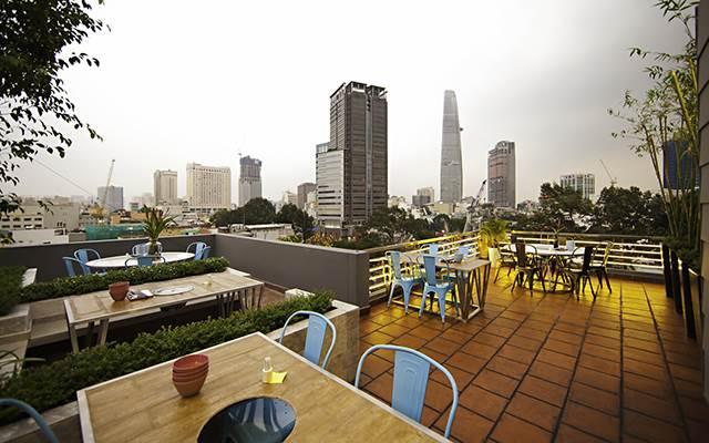 Không gian sân thượng thoáng đãng của Rooftop BBQ