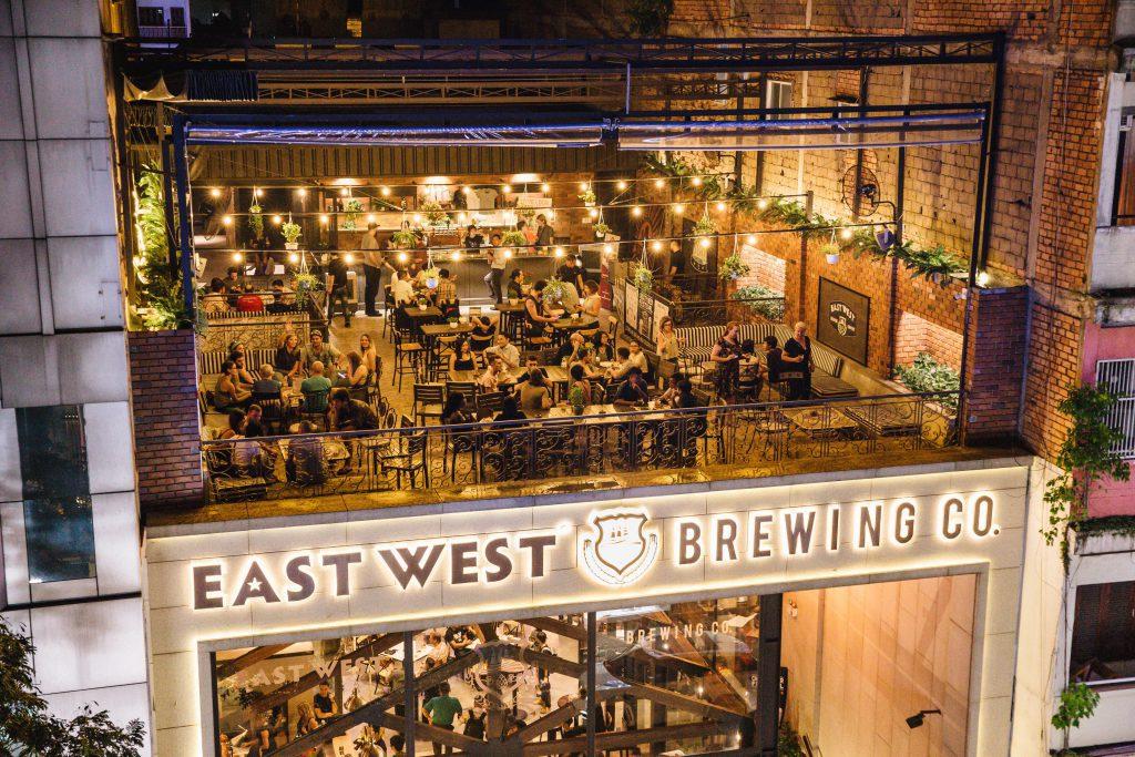 Không gian sang trọng ngập ánh đèn vàng tại East West Brewing