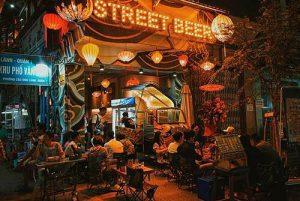 Quán Street Beer được trang trí với vô số đèn lồng lung linh