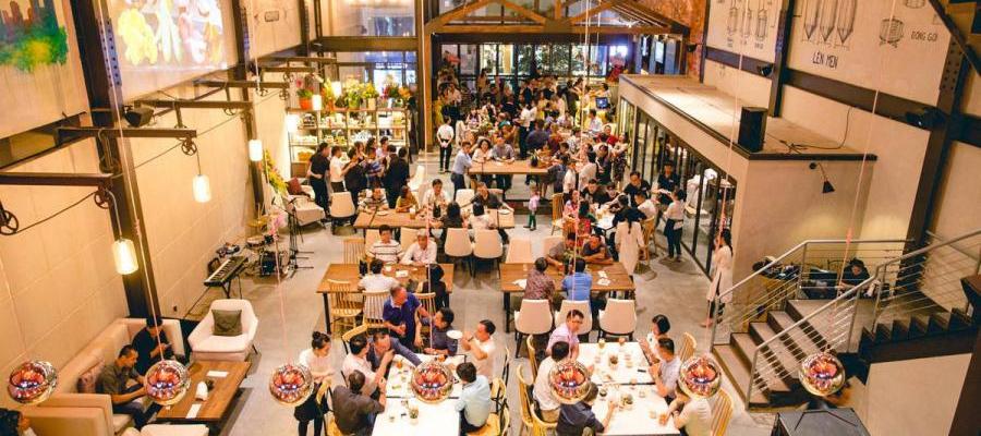 Không gian thoáng đãng và sang trọng tại East West Brewing